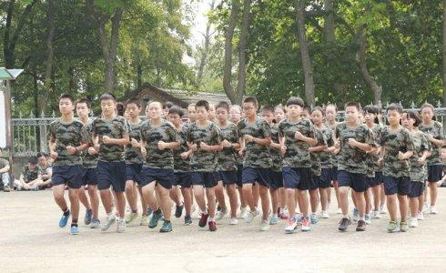 跑步走_青少年学生军事拓展训练项目